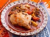 Печено пилешко месо в йенски съд с маслини, гъби и домати на фурна